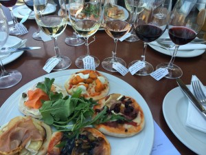 mini pizzas with wine glasses with white and red wine